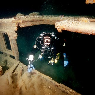 technical wreck penetration diver